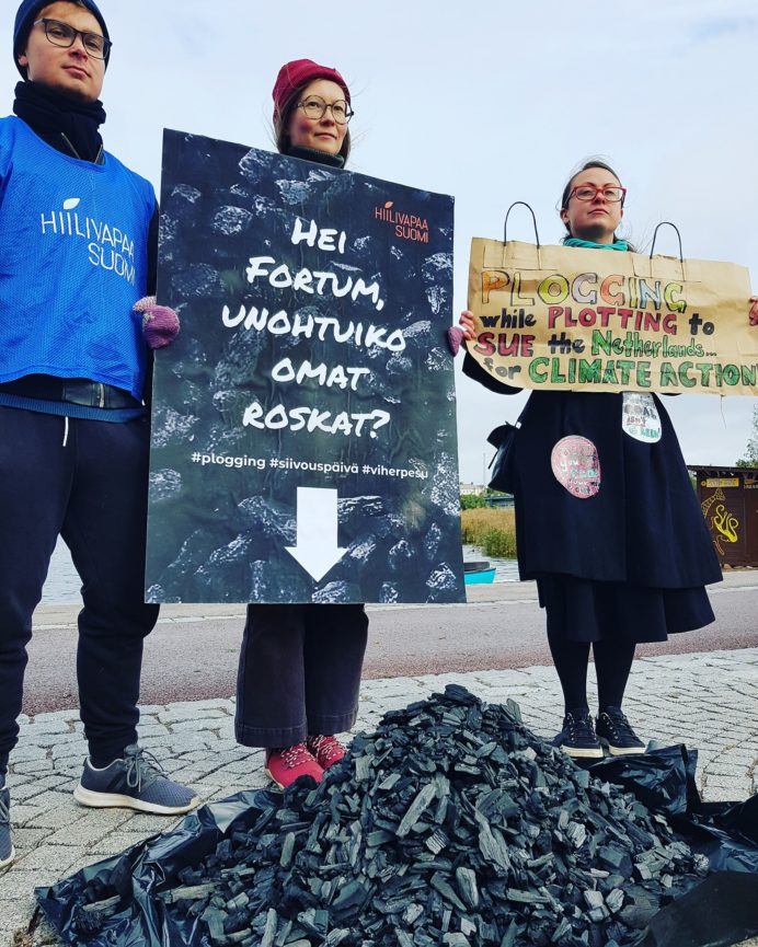 Kampanjan vapaaehtoisia osoittamassa mieltä Fortumin plogging-tapahtumassa 2019.