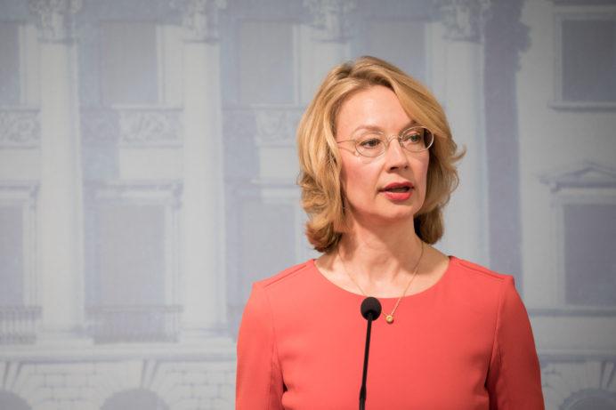 Ministeri Tytti Tuppurainen puhuu mikrofoniin.